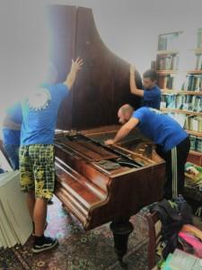 розбирання та пакування рояля
