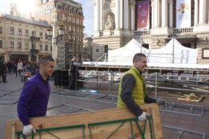 перенесення столів біля Оперного театру
